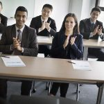Alumnos de MBA en un aula aplaudiendo